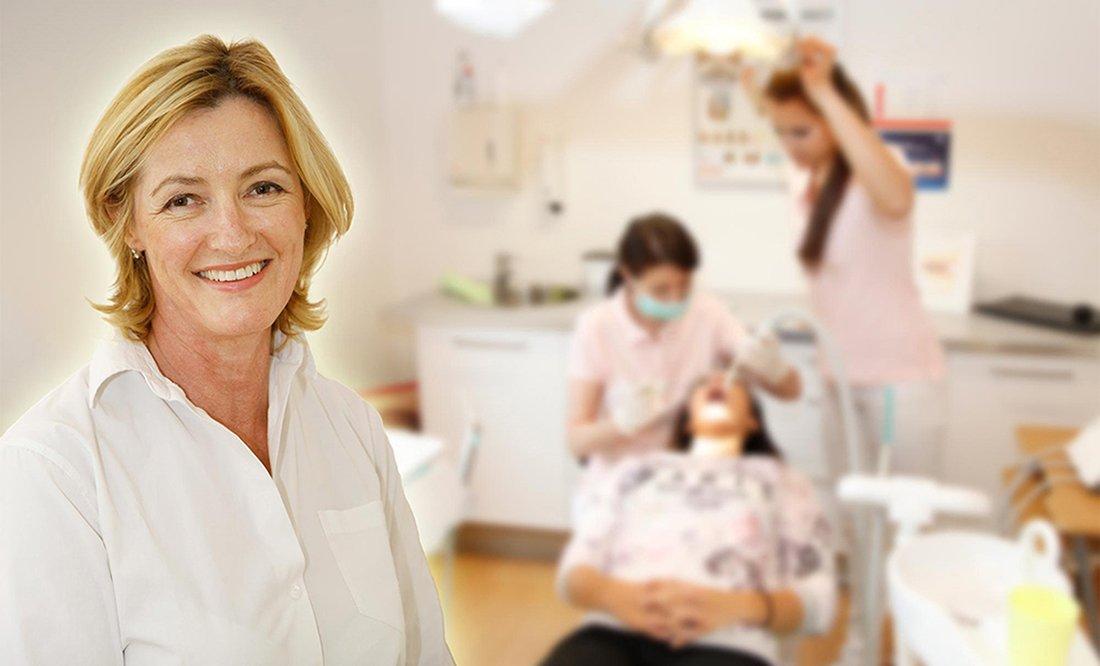 homepagebild, Frau Dr. Uta Eberwein-Lach im Vordergrund, im Hintergrund ein etwas unscharf gehaltenes Foto in der Praxis