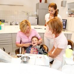 Kinderzahnheilkunde, Bild Frau Dr. Uta Eberwein-Lach bei der Kieferbehandlung eines Kindes