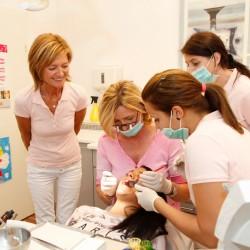 orale chirurgische Eingriffe, Bild Frau Dr. Uta Eberwein-Lach bei einem chirurgischen Eingriff mit assistierenden Kolleginnen