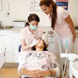 prophylaxe, Bild von Assistentin mit Qualifizierter Zusatzausbildung mit Assistentin und Patientin